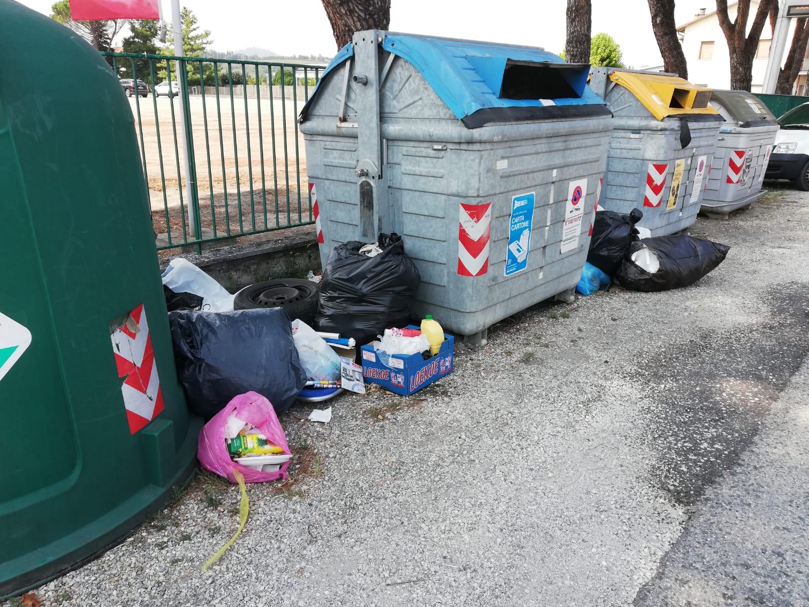 Fototrappole e agenti in campo a Cesena contro i furbetti dei rifiuti