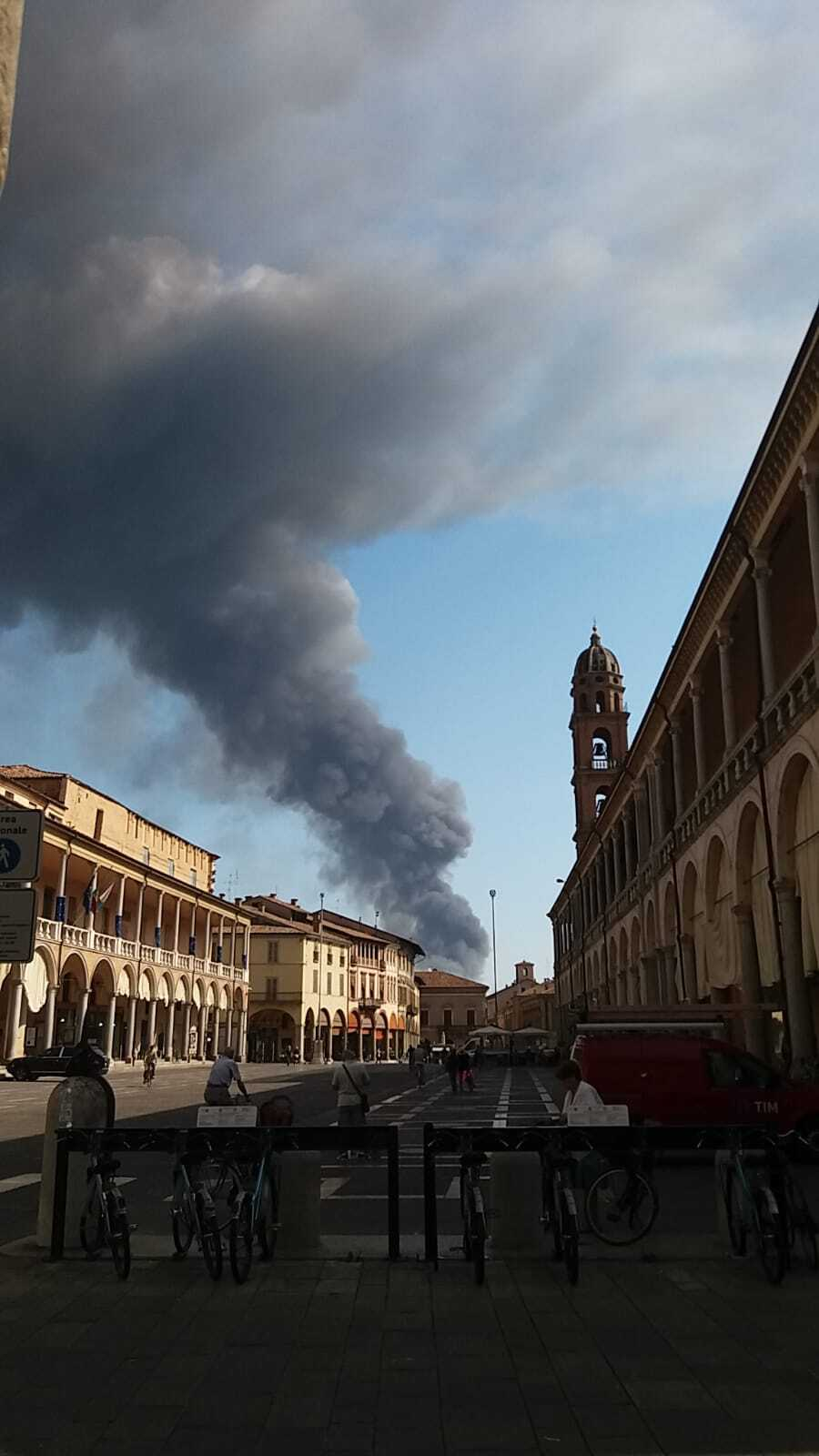 """Faenza: incendio. Allarme inquinamento, il sindaco: """"Non uscite"""""""