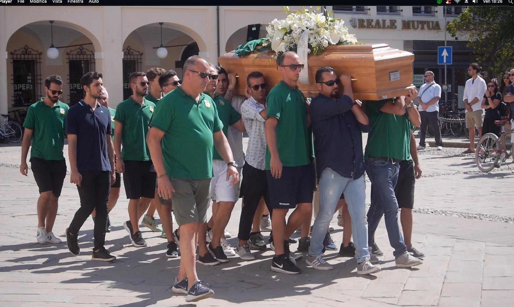 Folla a Cervia per l'addio al 25enne investito in bici
