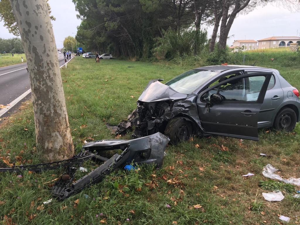 Incidente a Milano Marittima. Auto finisce contro un albero tre feriti