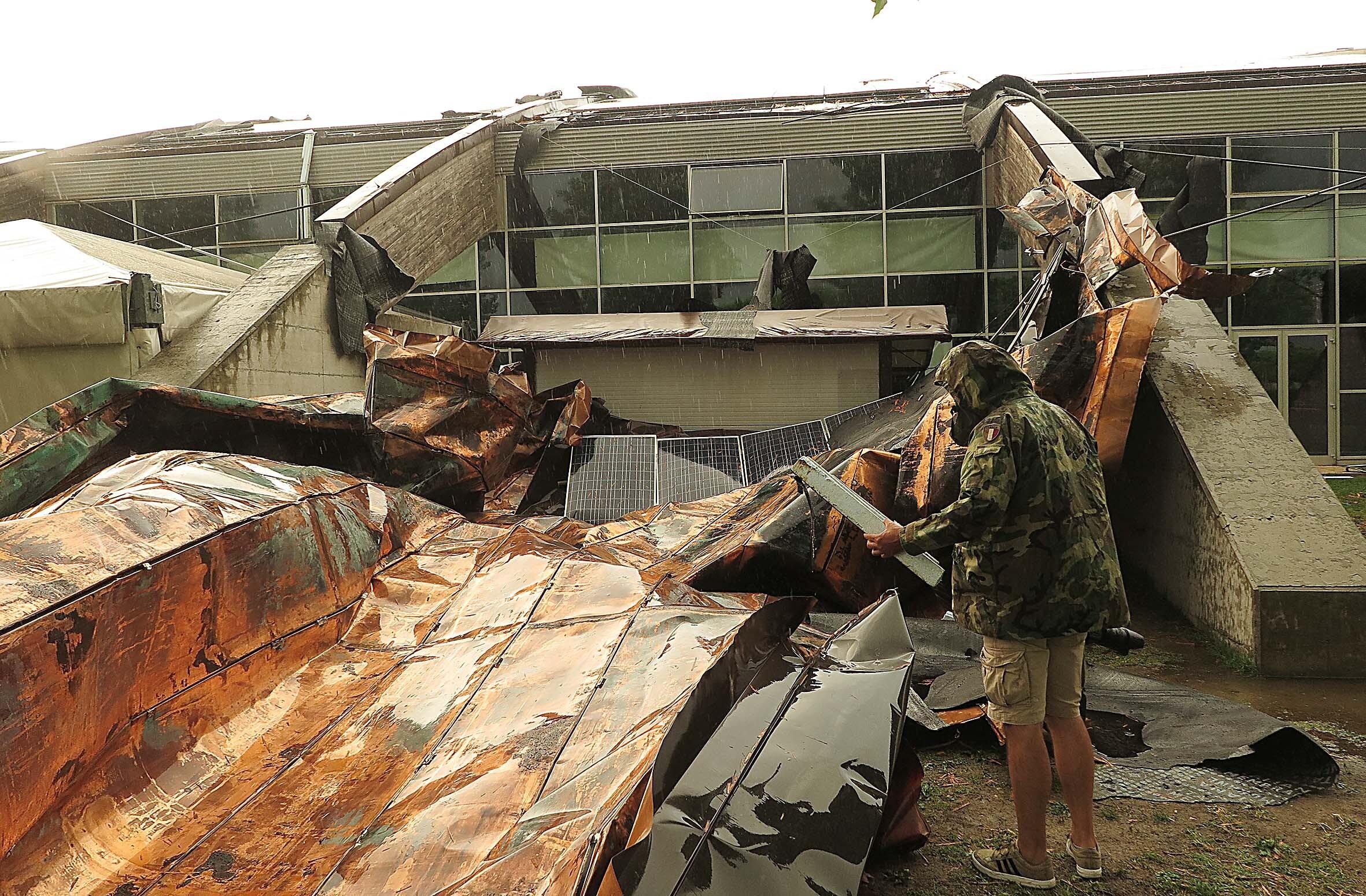 Raffiche di vento a Rimini: crolli, case al buio e treni paralizzati