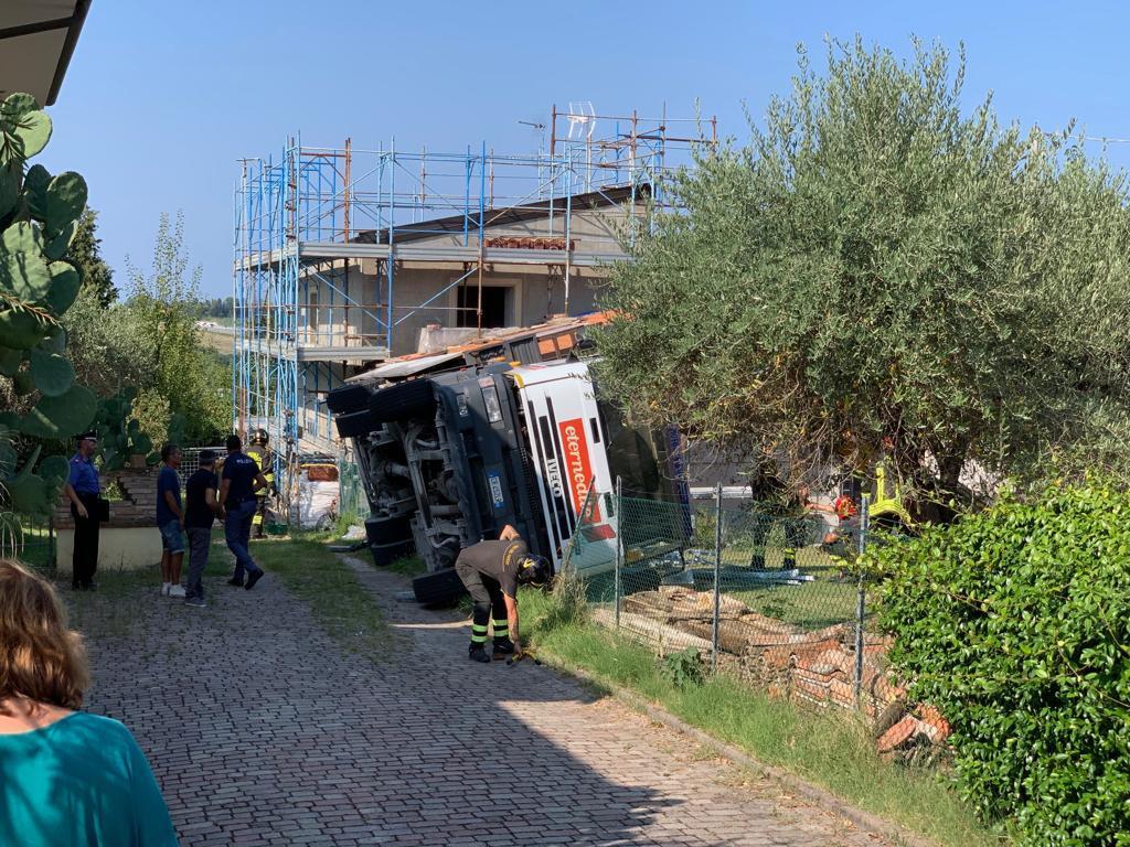 Incidente sul lavoro a Rimini: operaio schiacciato da un camion
