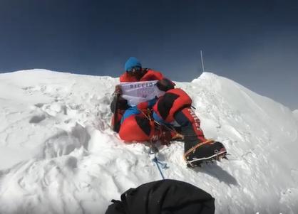"""Scala un 8mila sull'Himalaya e in cima sventola la scritta """"Riccione"""""""