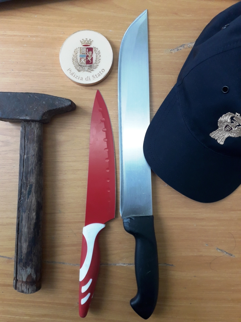 Forlì, coltelli e martello branditi durante lite condominiale
