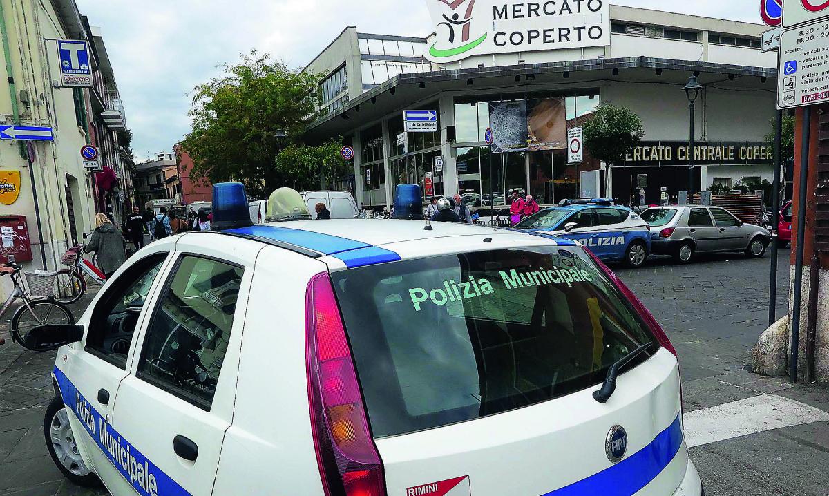Bevono davanti al Mercato coperto di Rimini: cinque multati