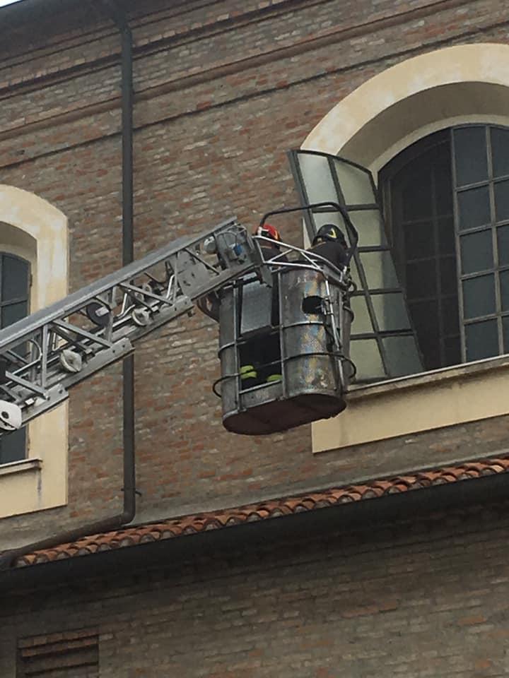 Si stacca una vetrata dalla chiesa, paura alla Colonnella