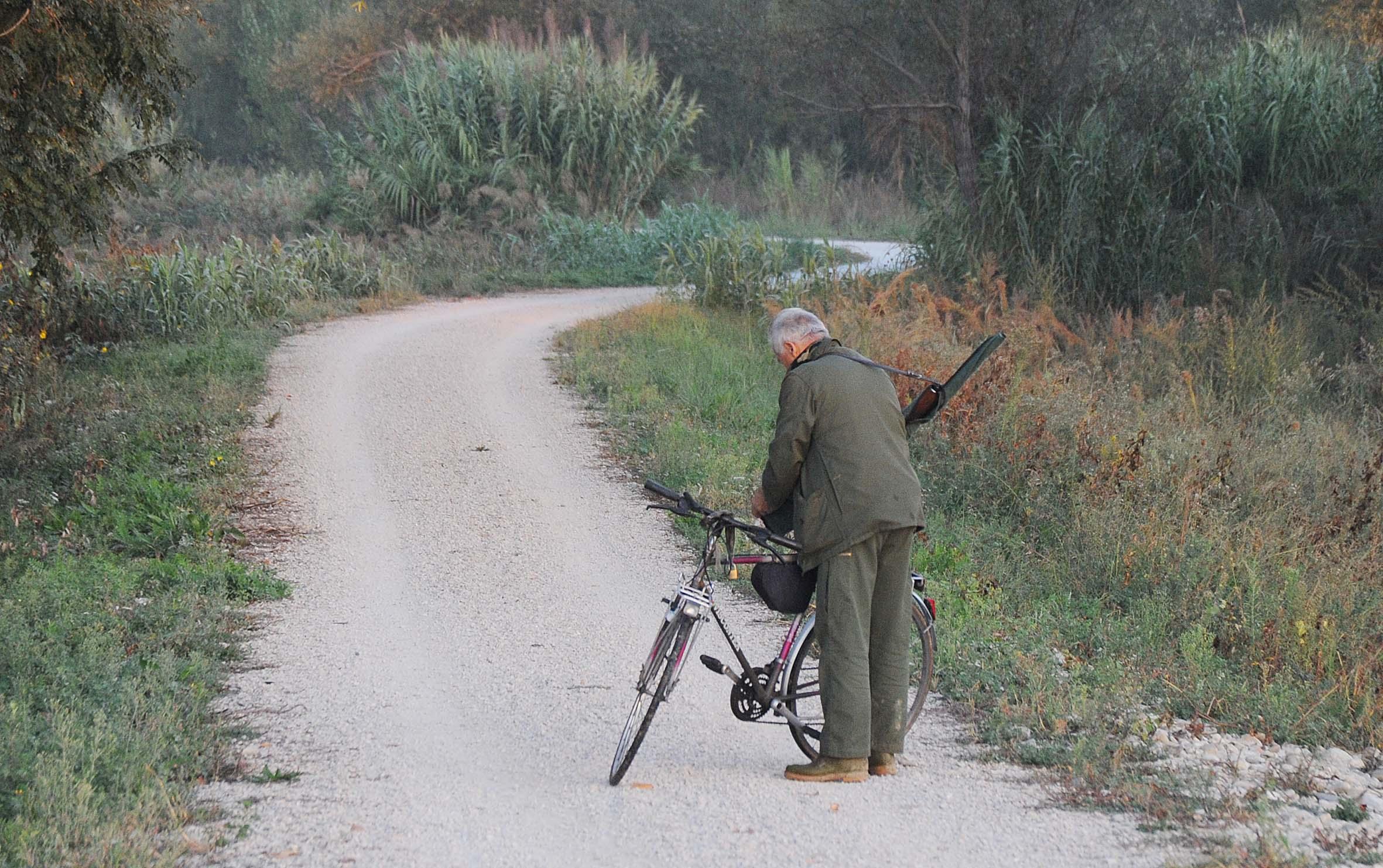 Rimini vieta la caccia lungo la pista ciclabile del Marecchia
