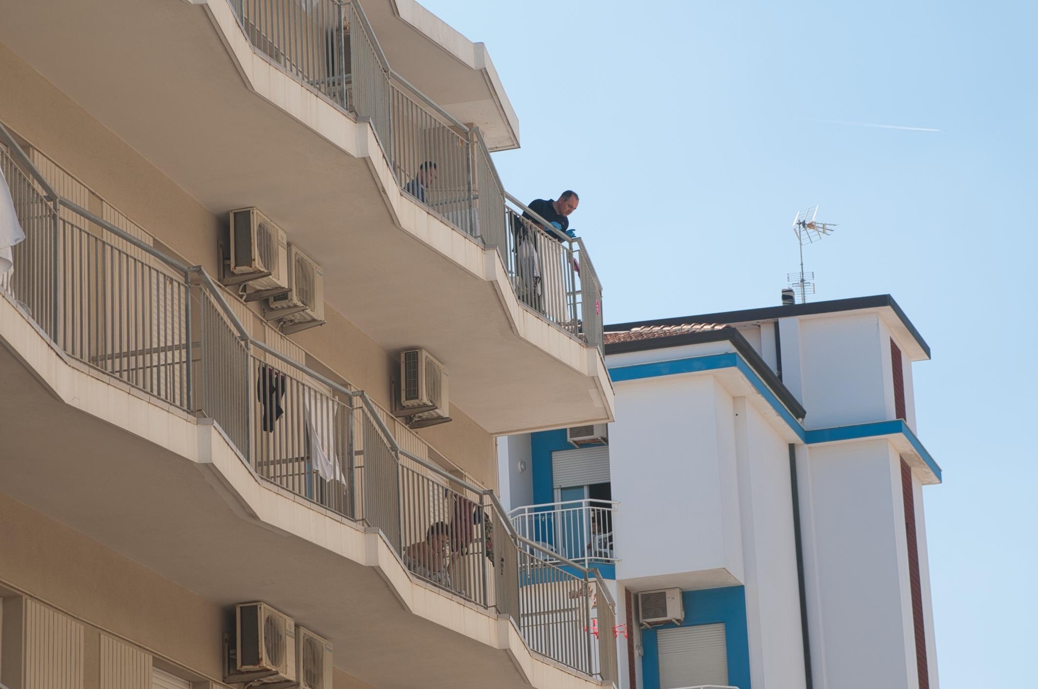 Cervia, 14enne cade dal balcone dell'hotel. Volo di 12 metri, è grave