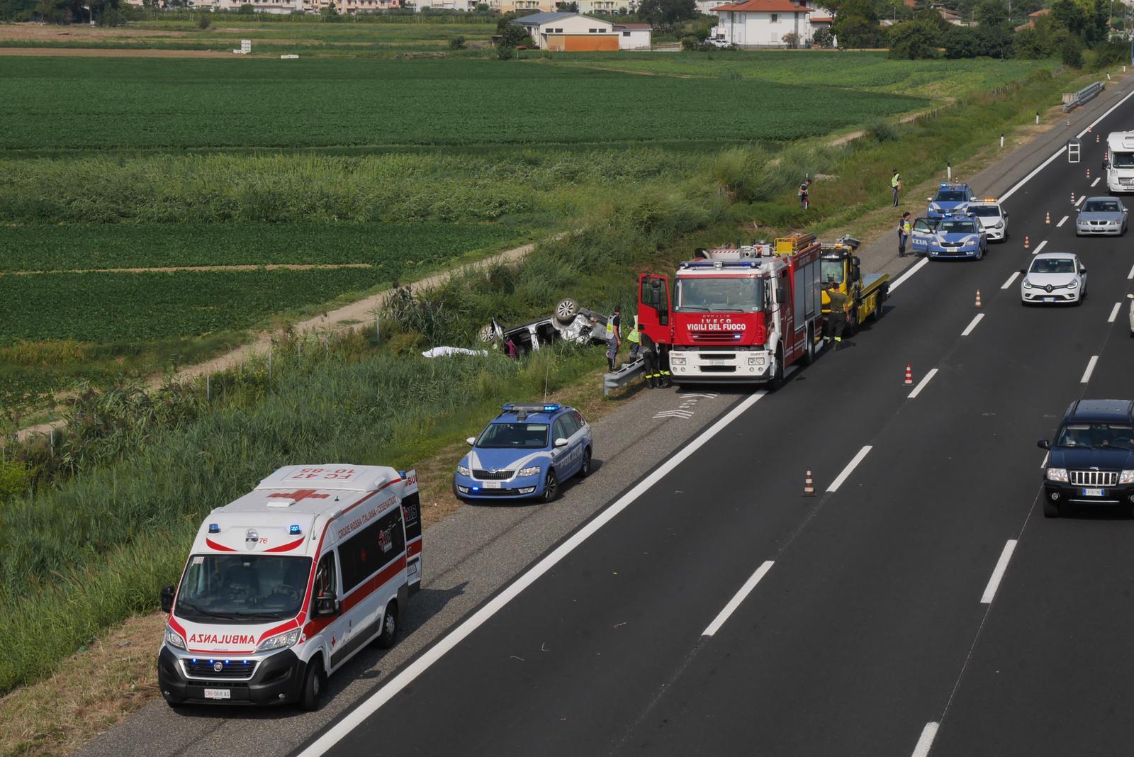Cesena: auto fuori strada sull'A14, muore una donna, grave un uomo