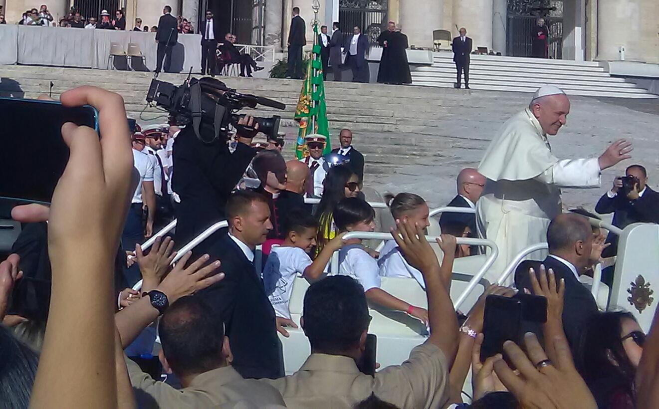 Quattro bambini di Porto Fuori sulla Papa mobile col pontefice