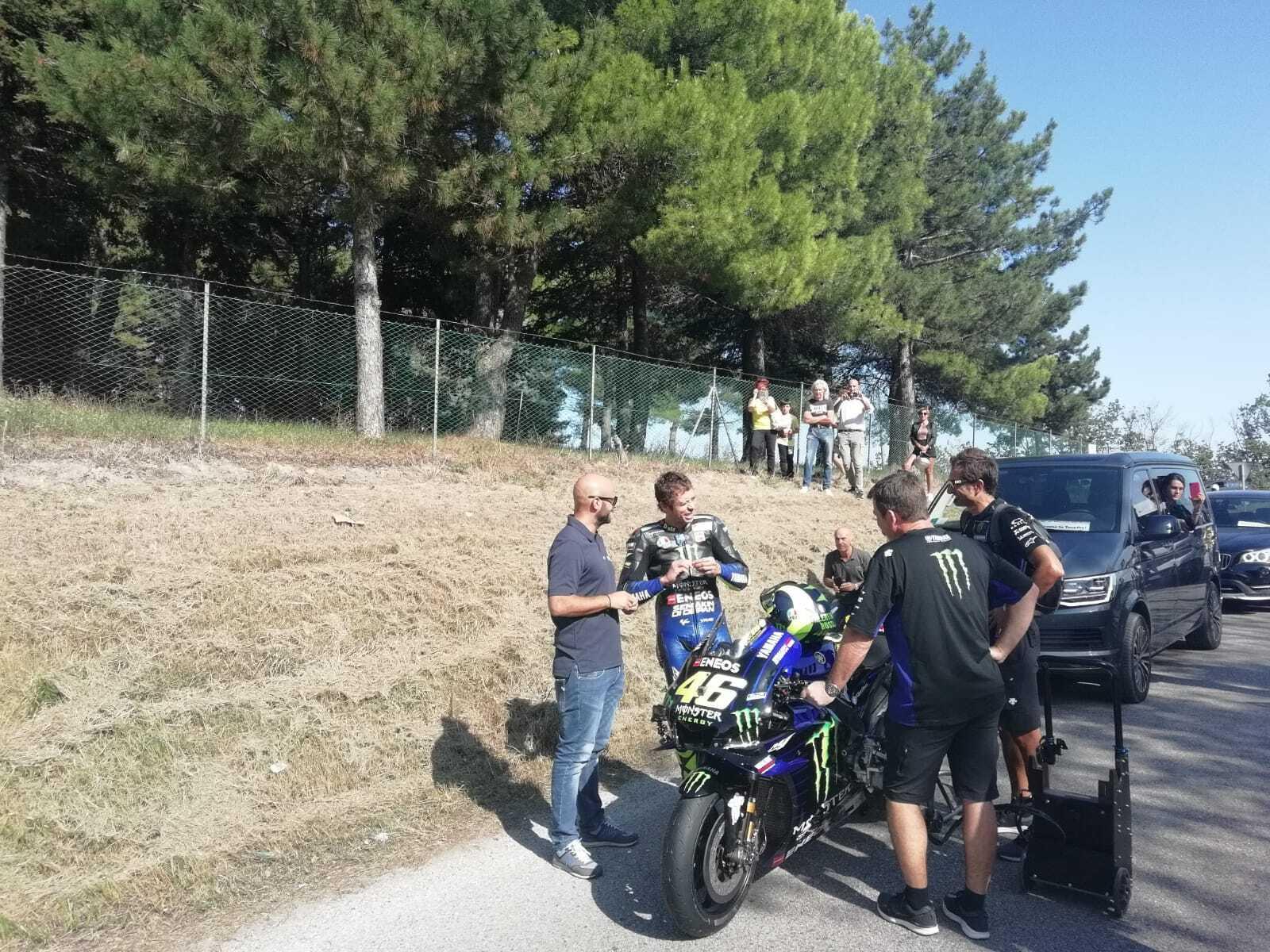 """Misano, Rossi a """"tutto gas"""" in strada con la Yamaha M1. Il video"""