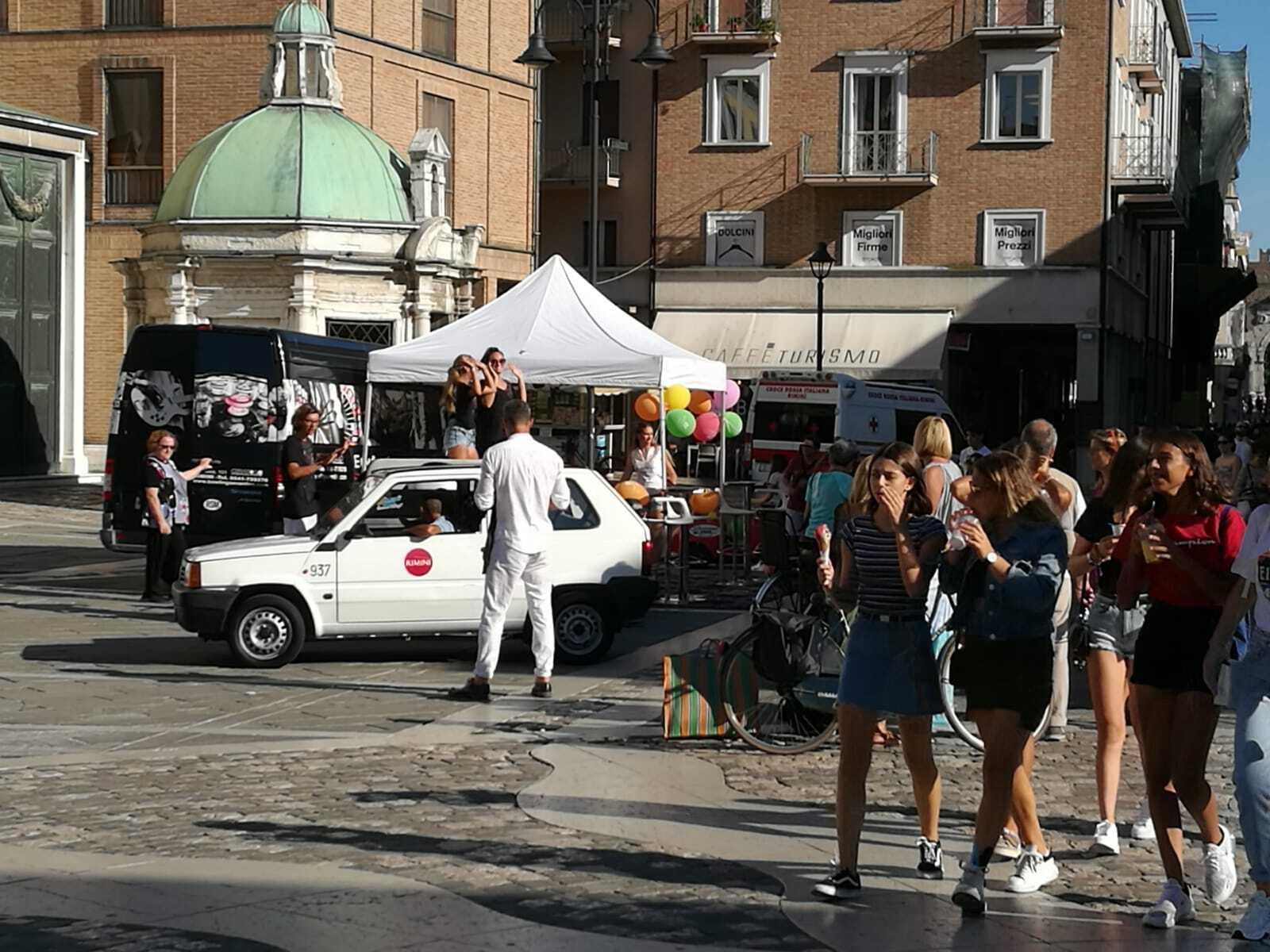 Caos in piazza Tre Martiri a Rimini, arriva la polizia municipale