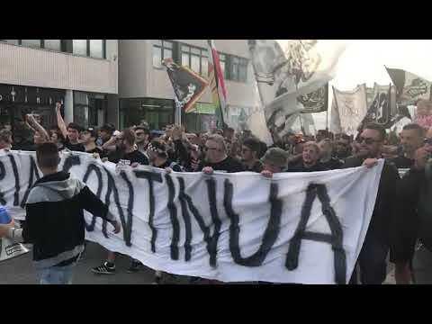 Calcio serie C, il corteo dei tifosi del Cesena - VIDEO