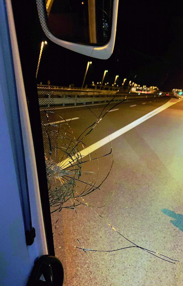 Sasso contro l'autobus in autostrada. Paura per i giocatori del Cesena
