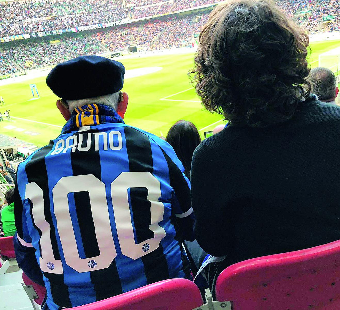 Tifoso dell'Inter di Forlì festeggia i 100 anni sul prato di San Siro