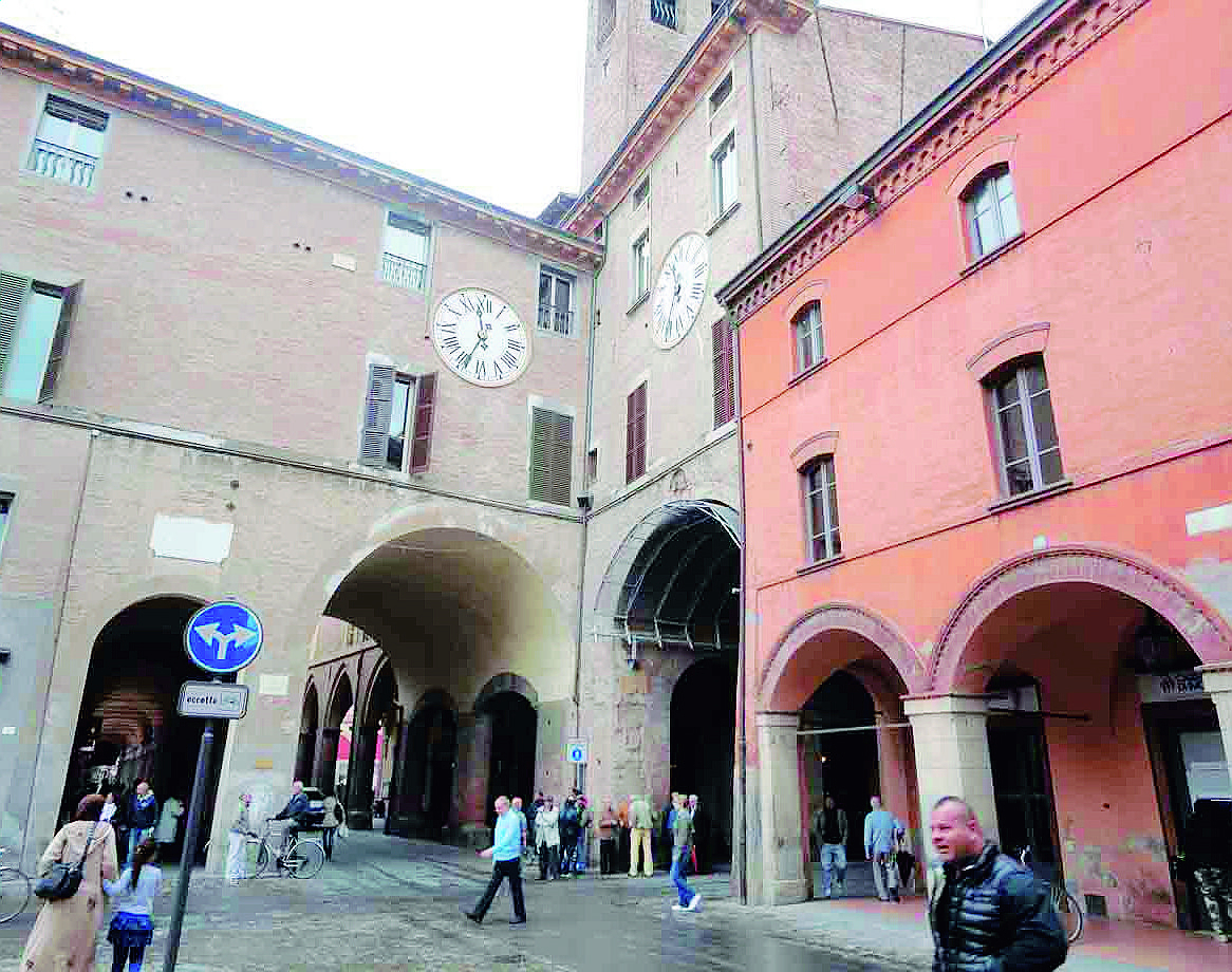 Imola, l'orologio torna a segnare l'ora esatta con ditta del Vaticano