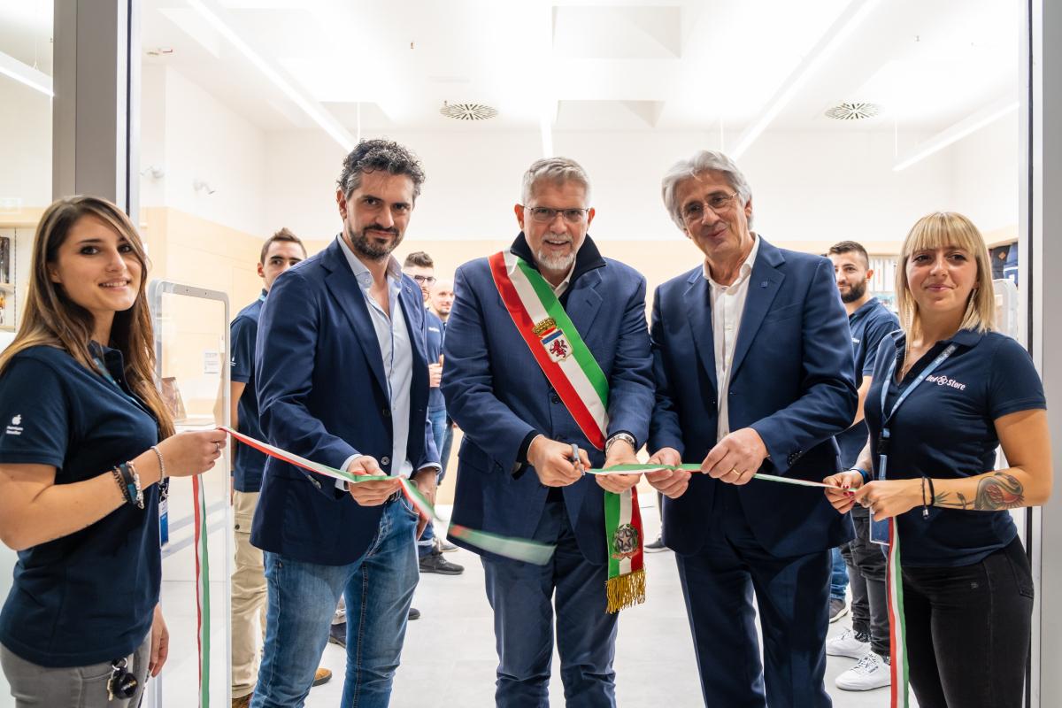 Faenza, per l'inaugurazione del Med store in fila dal mattino