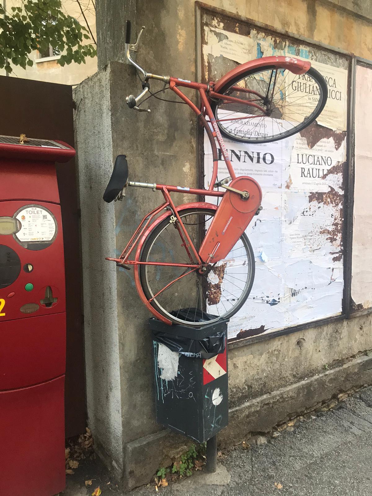 """La curiosa bici """"gettata"""" nel cestino dei rifiuti in centro a Ravenna"""