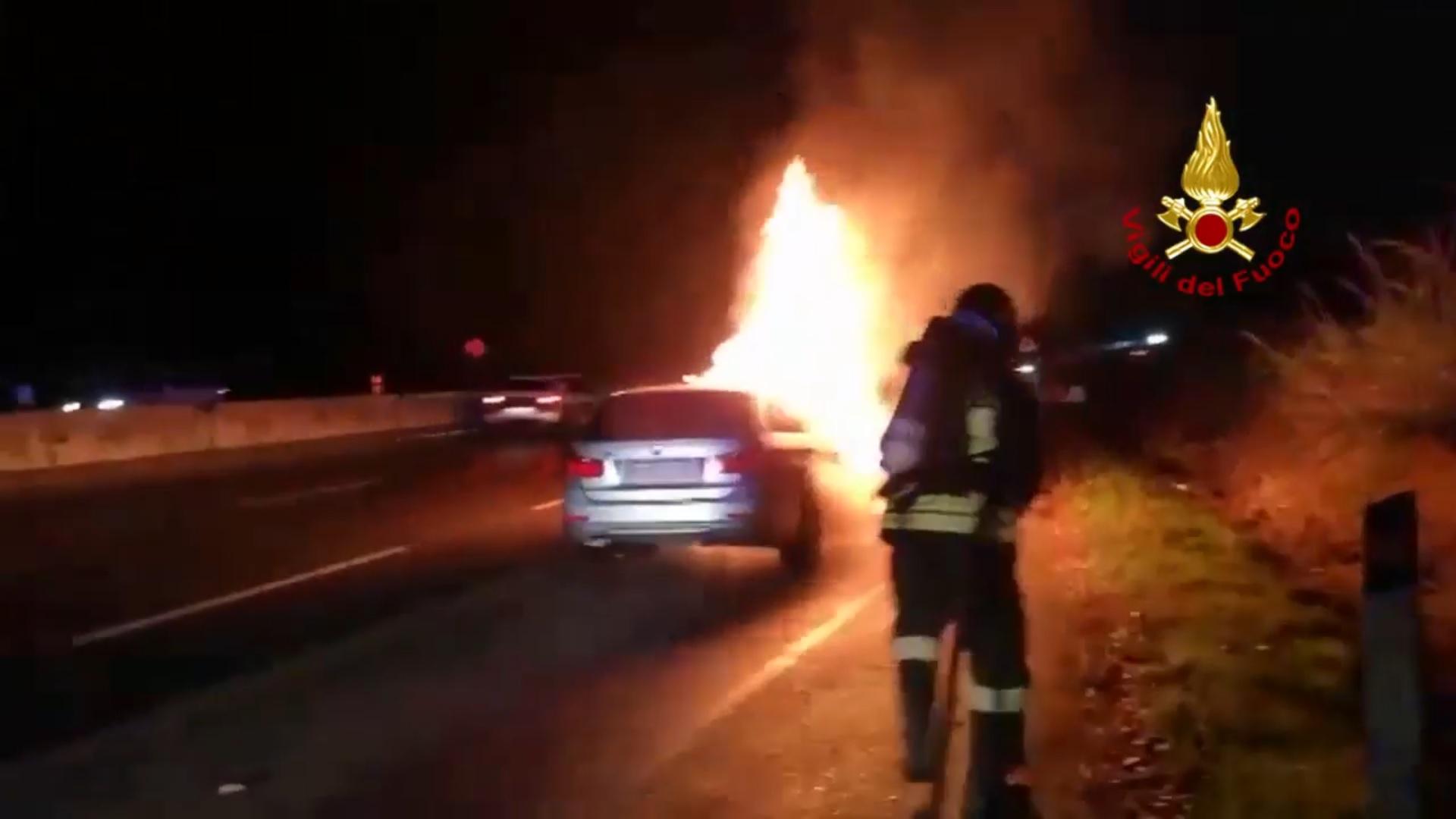 Auto va a fuoco, chiusa la Superstrada di San Marino. Il video