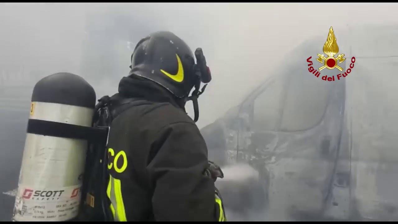 Fiamme in A14 a Rimini, l'intervento dei vigili del fuoco. Il video
