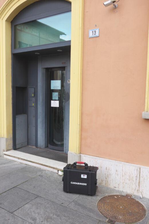 Armati rapinano banca a Lugo, banditi in fuga coi soldi su una moto