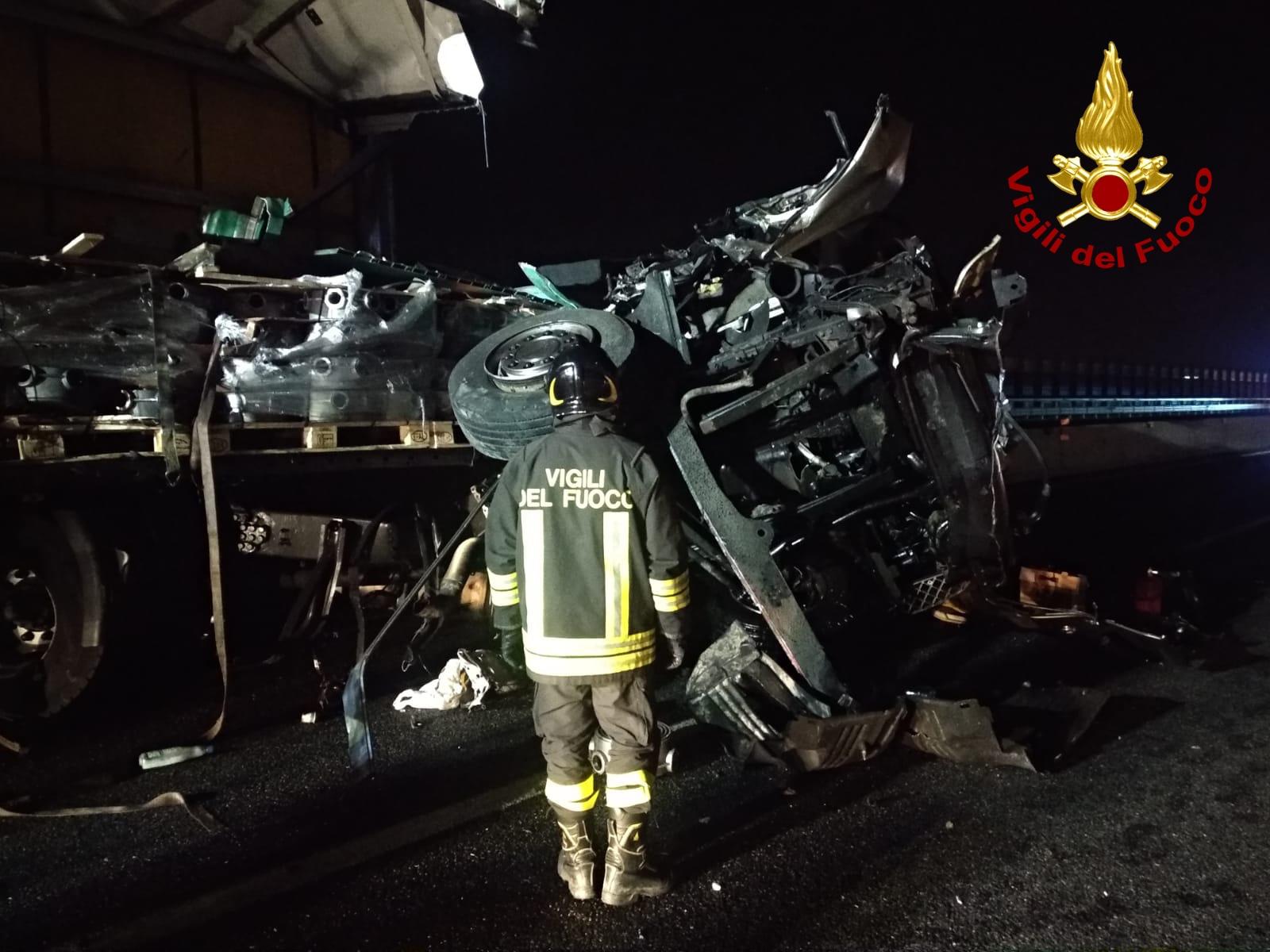Rimini. Scontro tra camion in A14, diverse auto distrutte