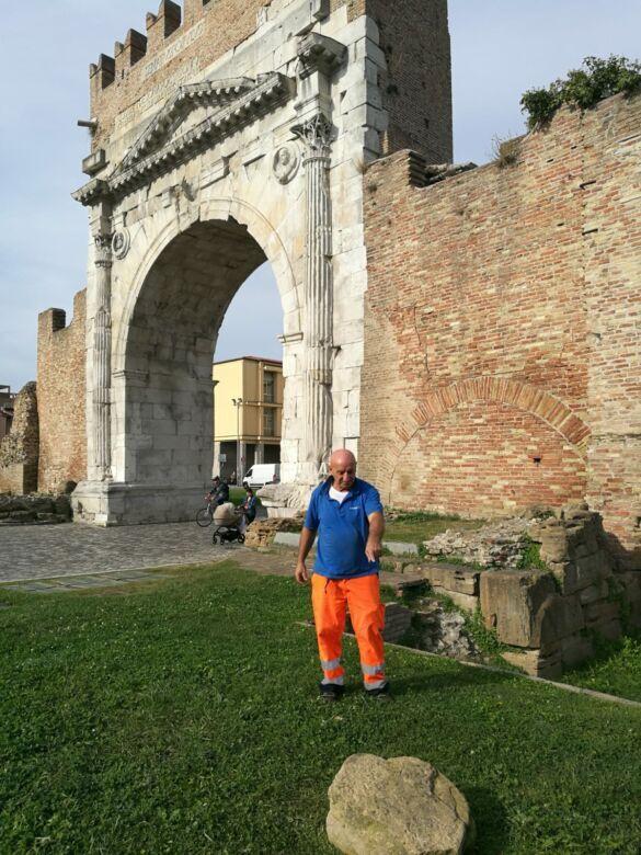 """Vandali """"smontano"""" l'Arco d'Augusto di Rimini"""