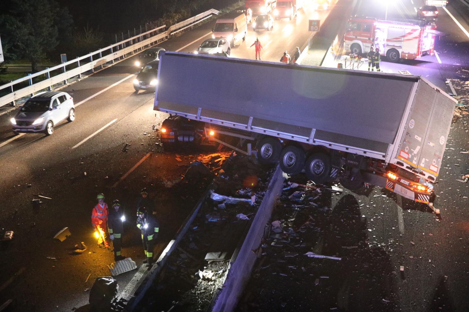 Camion sbanda a Cesena: A14 in tilt