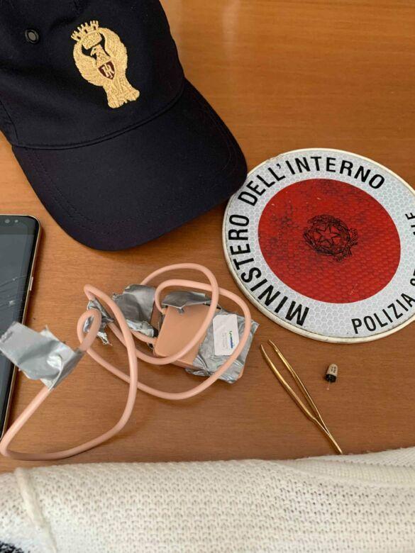 Telecamera e auricolari nascosti per superare l'esame per la patente
