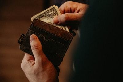 Ravenna, trovano un portafoglio a terra con 95 euro e lo restituiscono