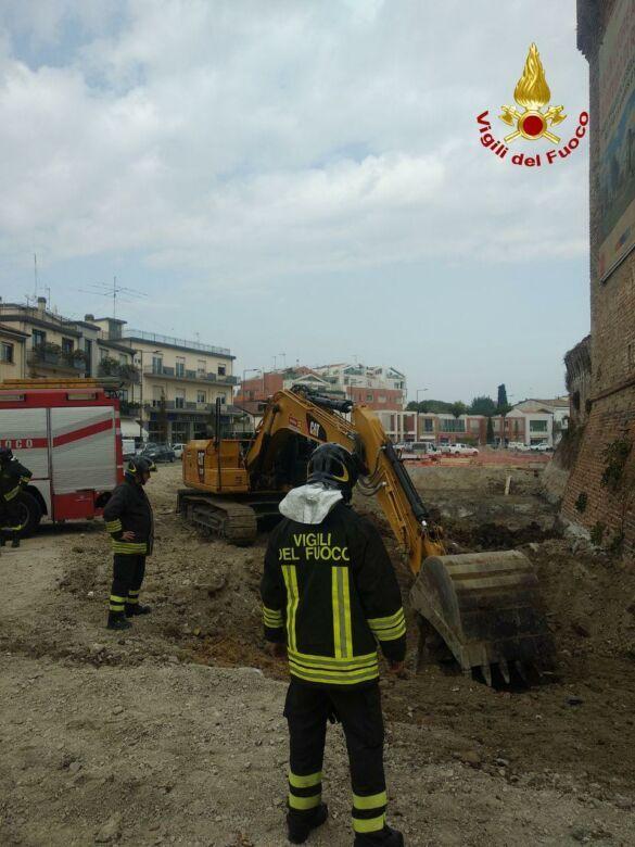 Rimini. Cavi tranciati da un escavatore, scoppi in piazza Malatesta