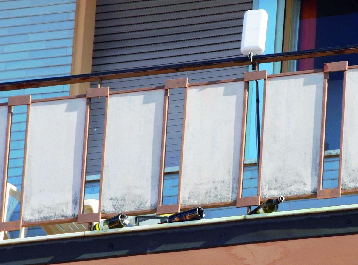 """Forlì, bottiglie di vetro """"piovono"""" dal palazzo sfiorando i passanti"""