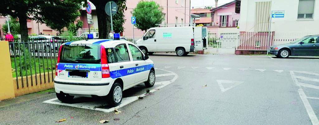 Rimini, auto in sosta sulle strisce. Ma è quella della Municipale