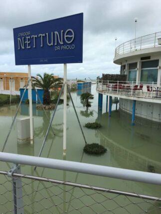 """Acqua alta in Riviera: si """"affogano"""" le spiagge senza barriere"""