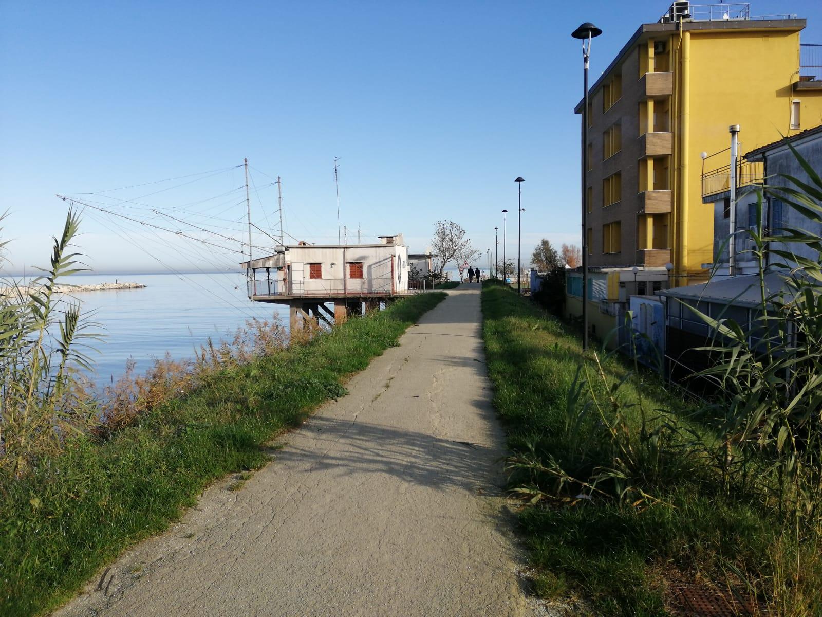 Rimini. Controlli con i cani antidroga nei capanni da pesca