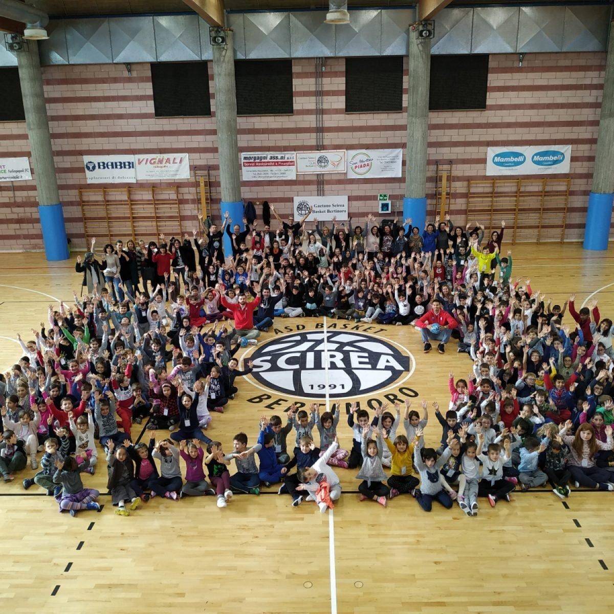 I giocatori dell'Unieuro basket incontrano i bambini a Bertinoro