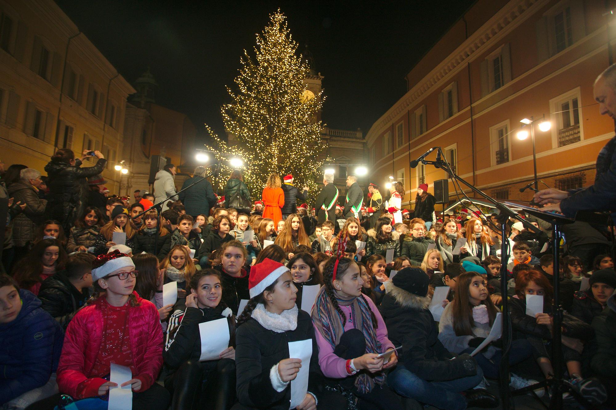 Ravenna, acceso l'albero di Natale in piazza del Popolo