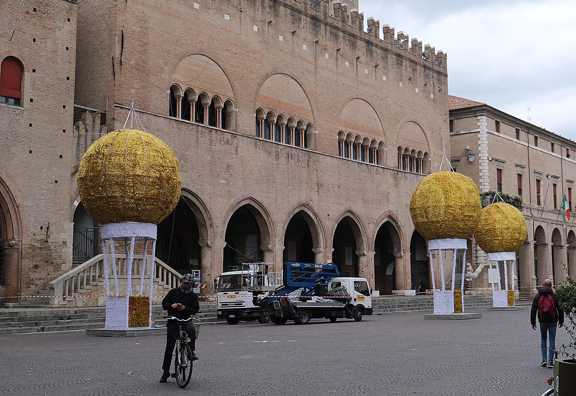 Mongolfiere, mangiafuoco e amazzoni: a Rimini il Natale felliniano