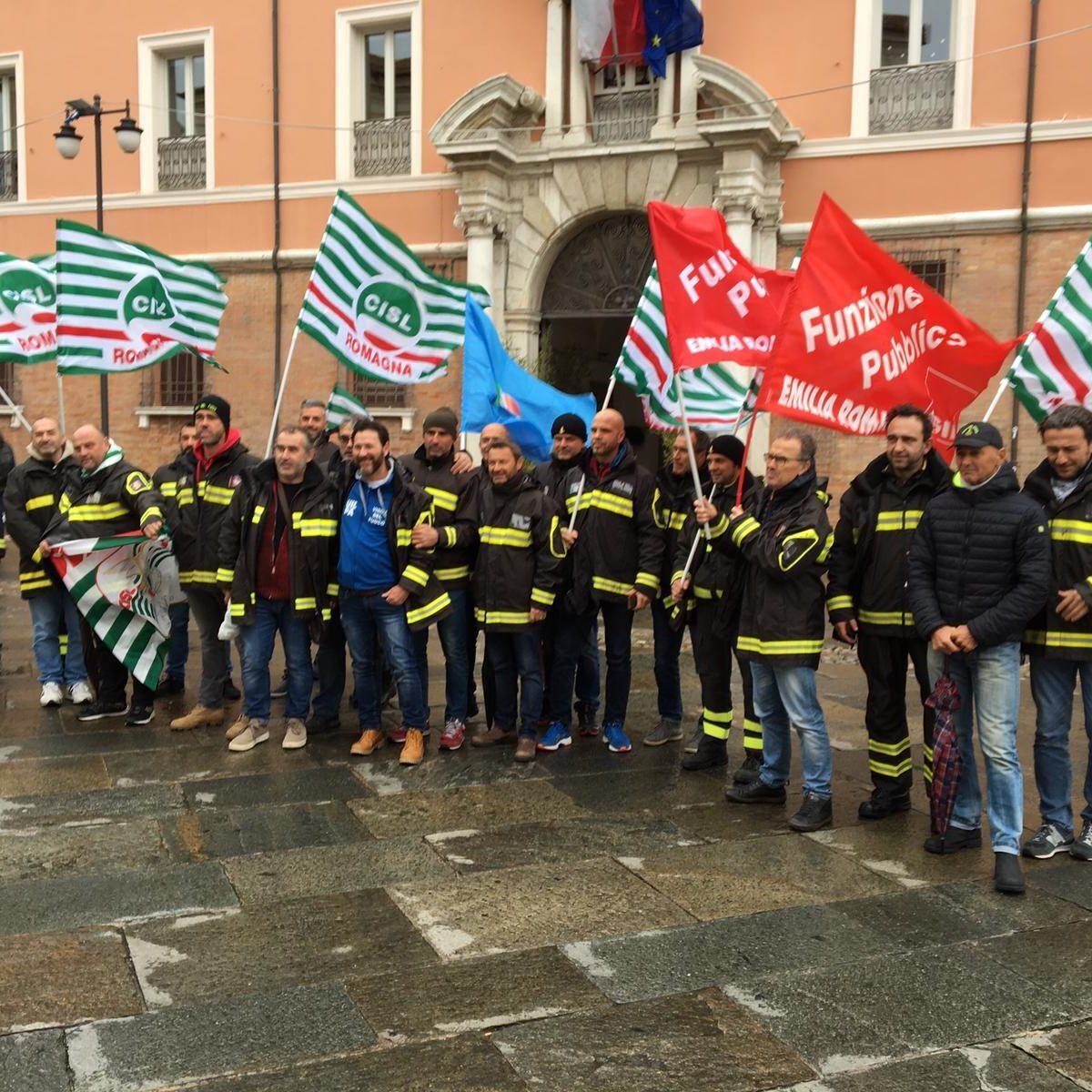 Sit in di protesta dei vigili del fuoco in piazza a Ravenna