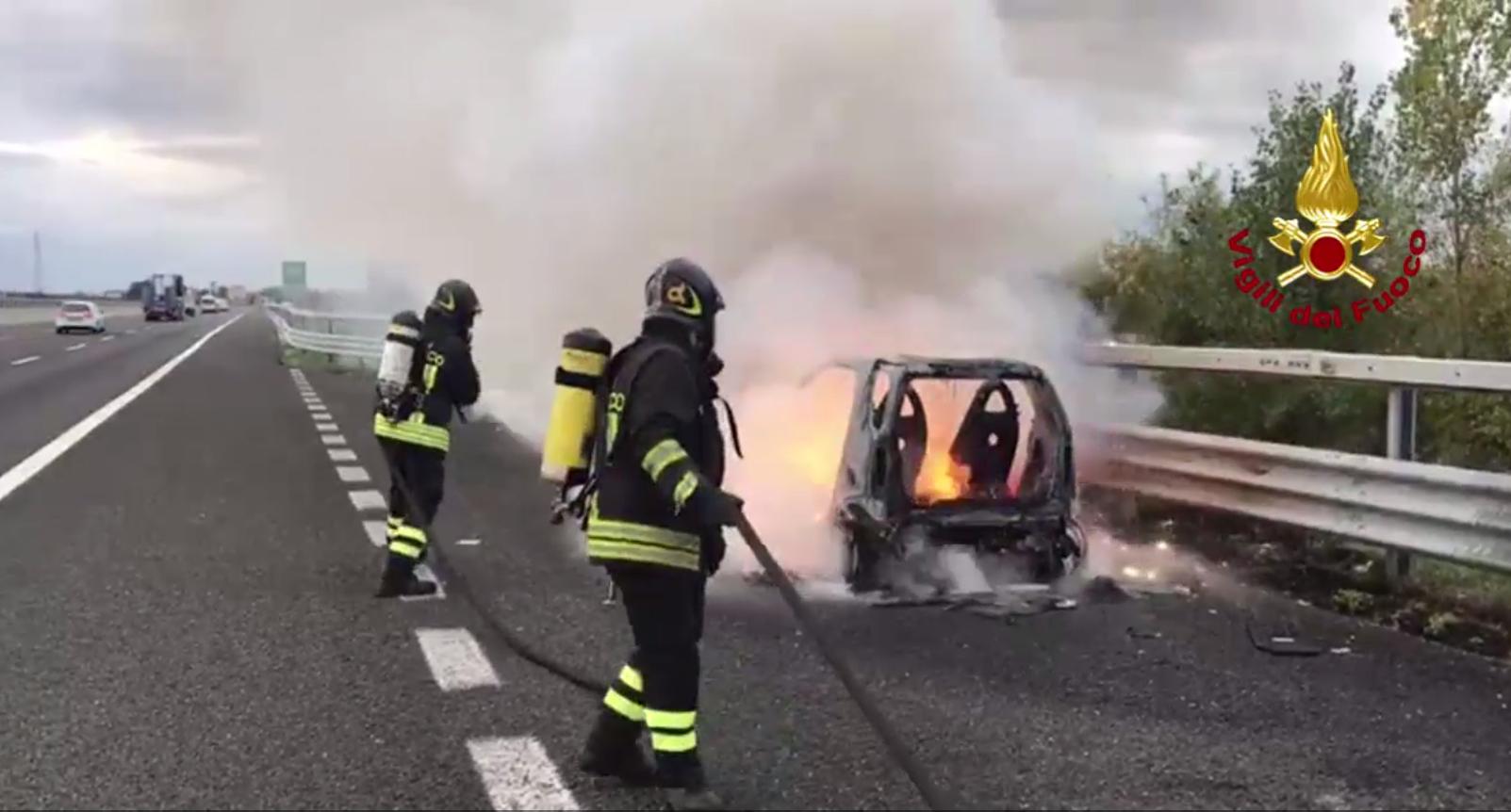 Fiamme distruggono Smart in autostrada a Rimini - VIDEO