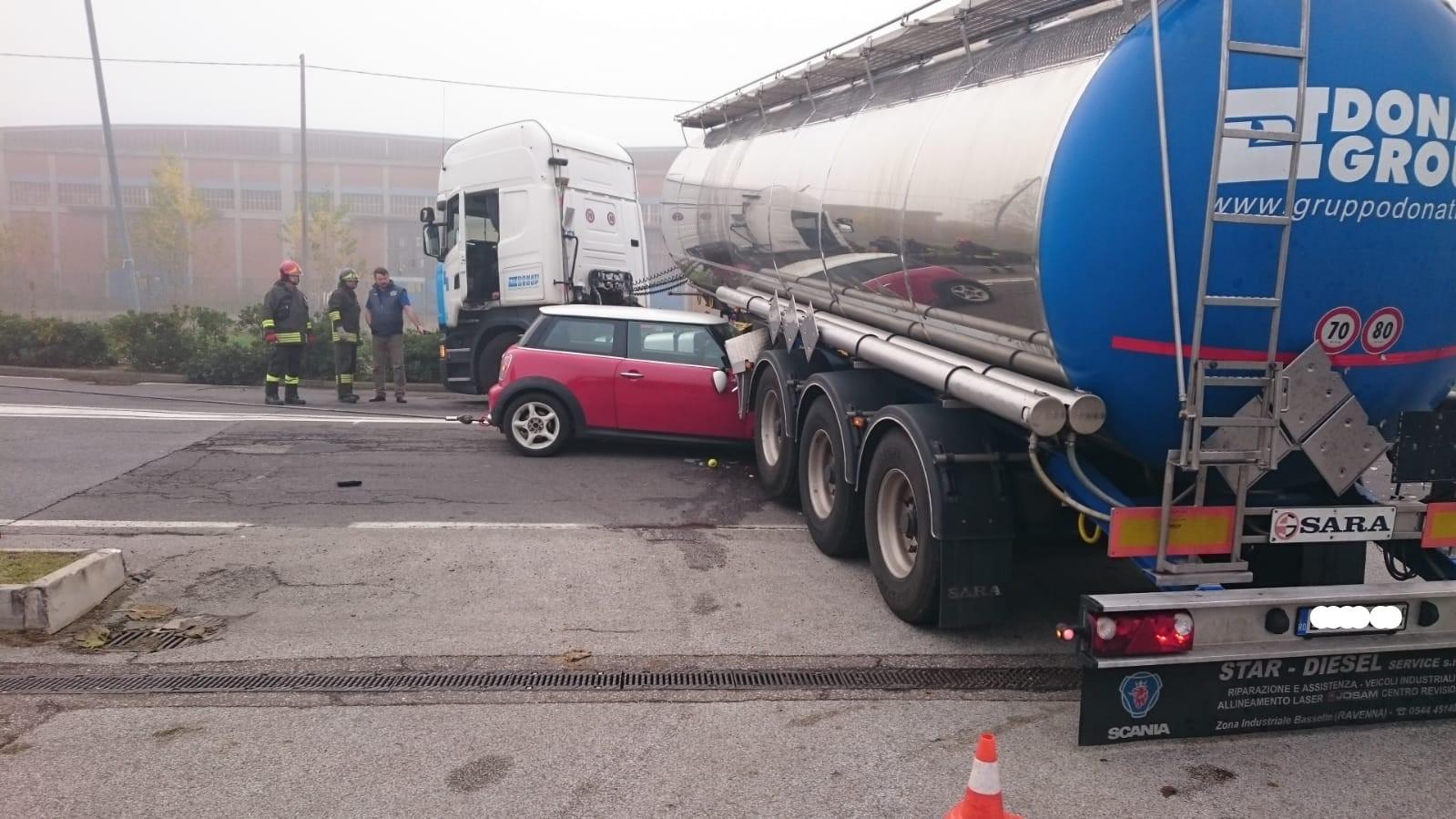 Ravenna, finisce con l'auto sotto un tir. Miracolosamente illeso