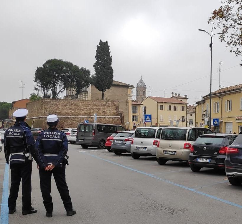 Ravenna, parcheggiatore abusivo se la prende con gli ausiliari