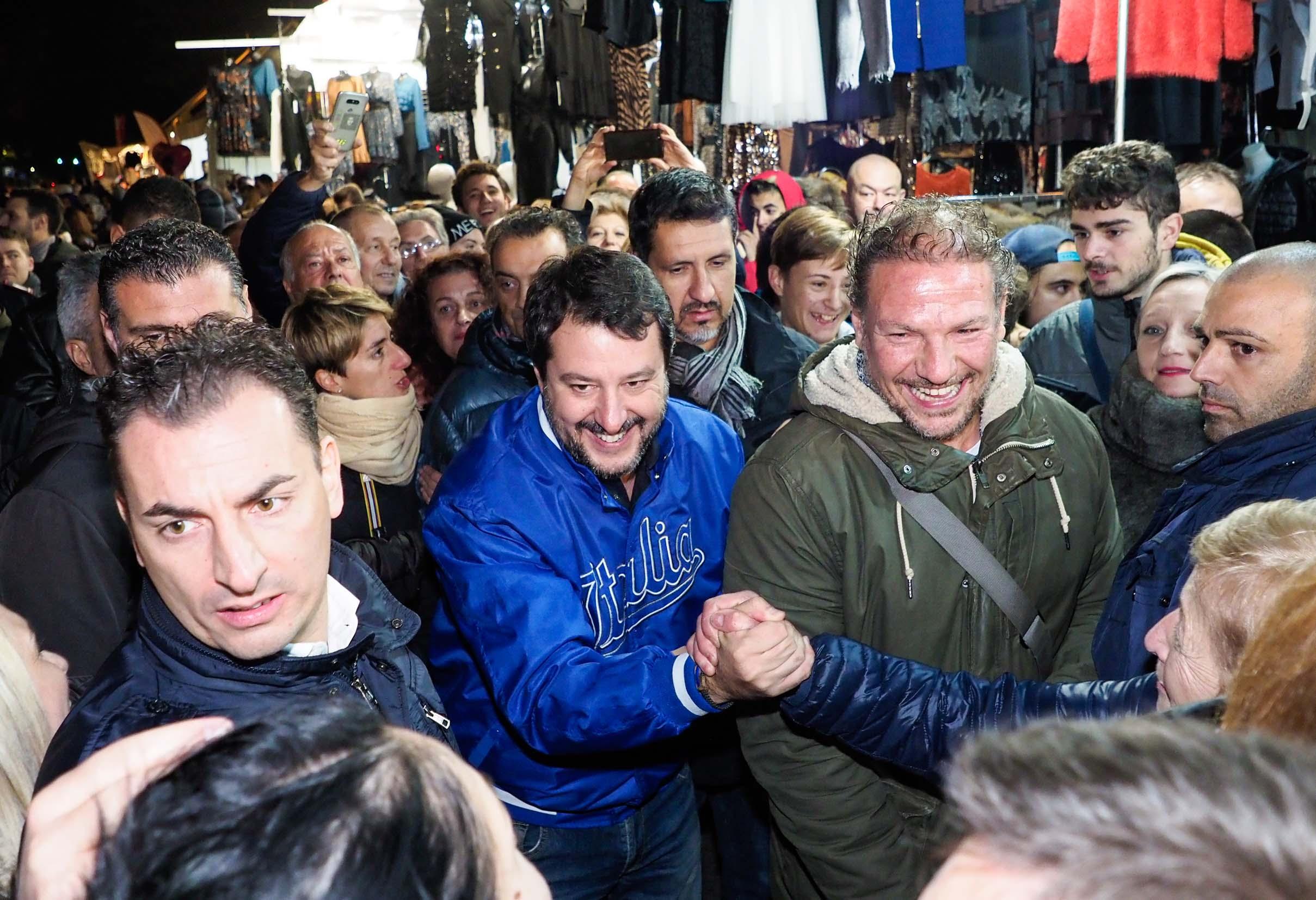 Santarcangelo, contestatori contro Salvini: non si passa sotto l'arco