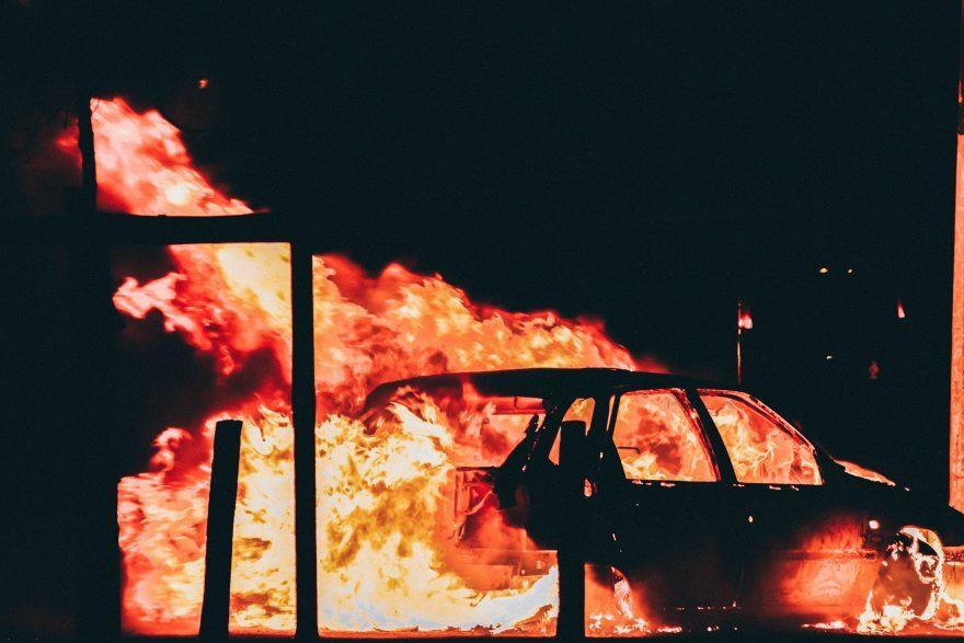 Morciano, pirata della strada brucia l'auto e ne denuncia il furto