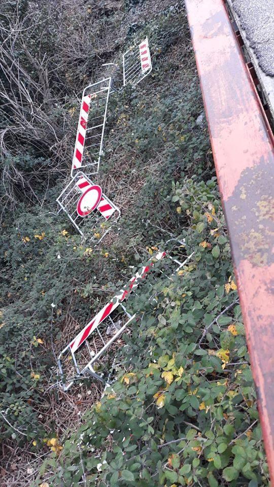 Vandali a Verucchio, gettate le transenne del ponte chiuso
