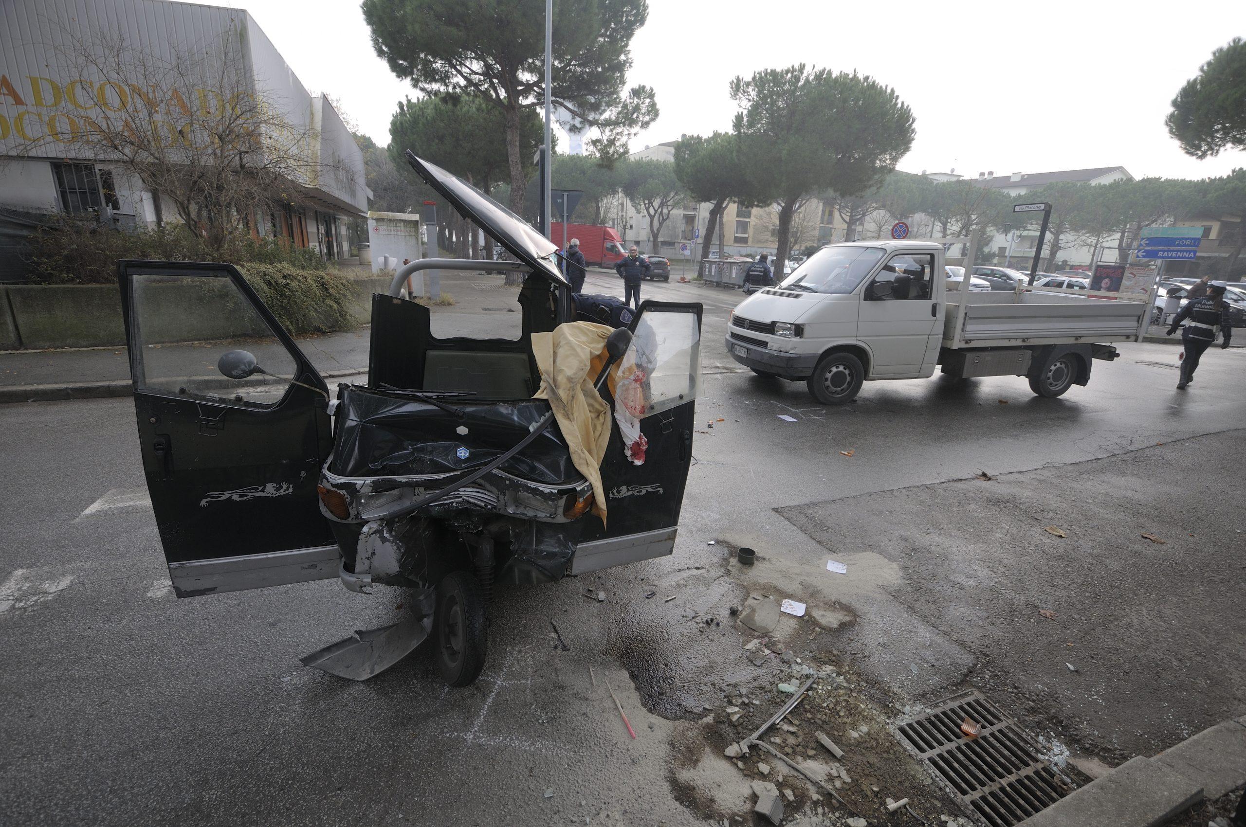 Incidente Ape-furgone a Pinarella di Cervia, grave 61enne