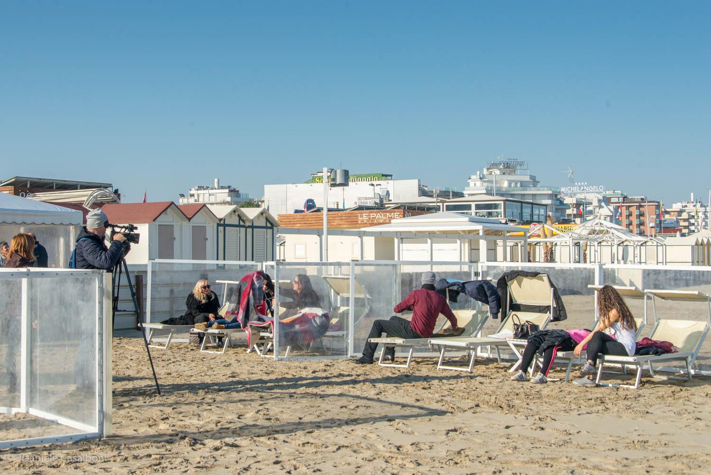 Mare d'inverno a Riccione tra tintarelle e tuffi fuori stagione