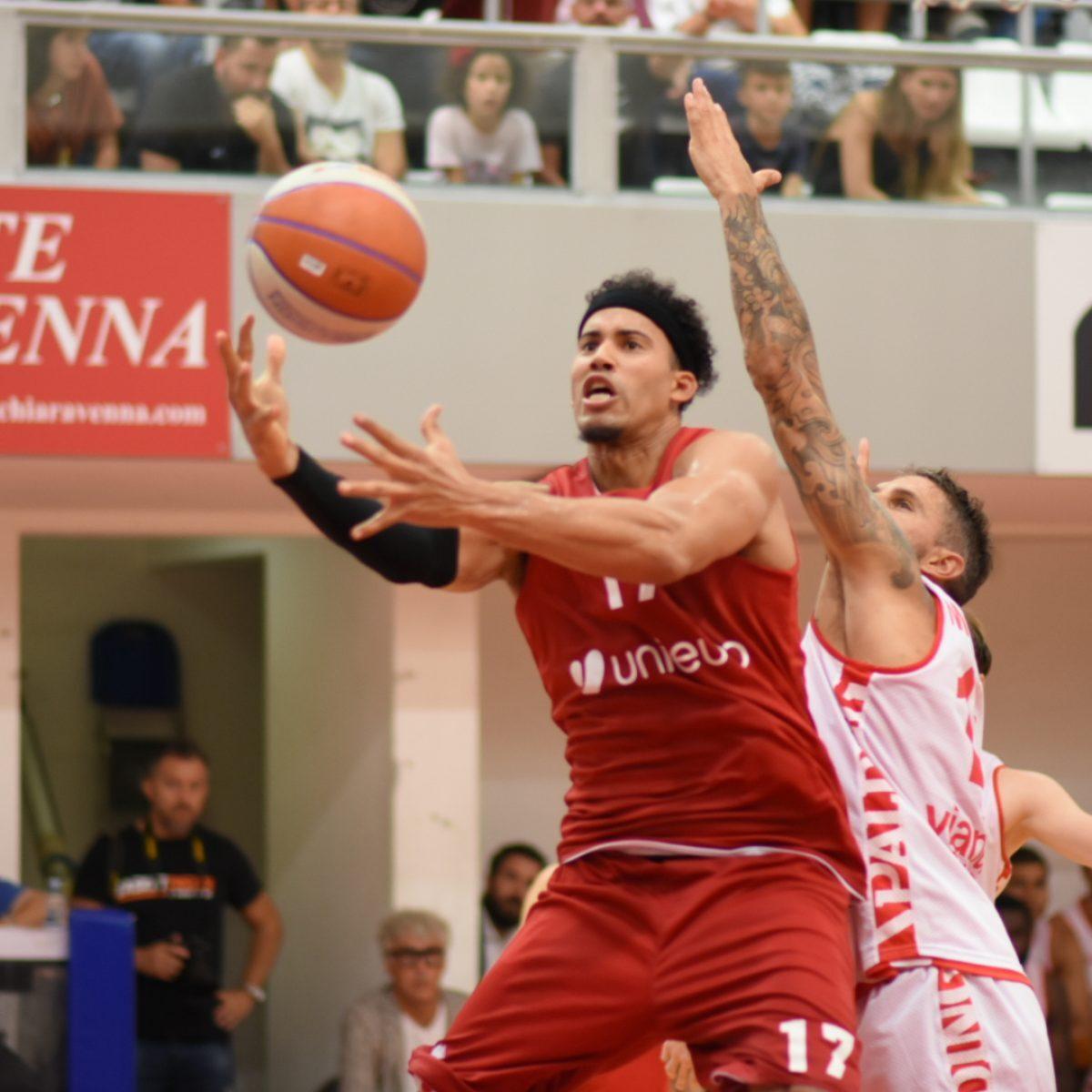 Basket, a Ravenna una domenica da derby sotto canestro