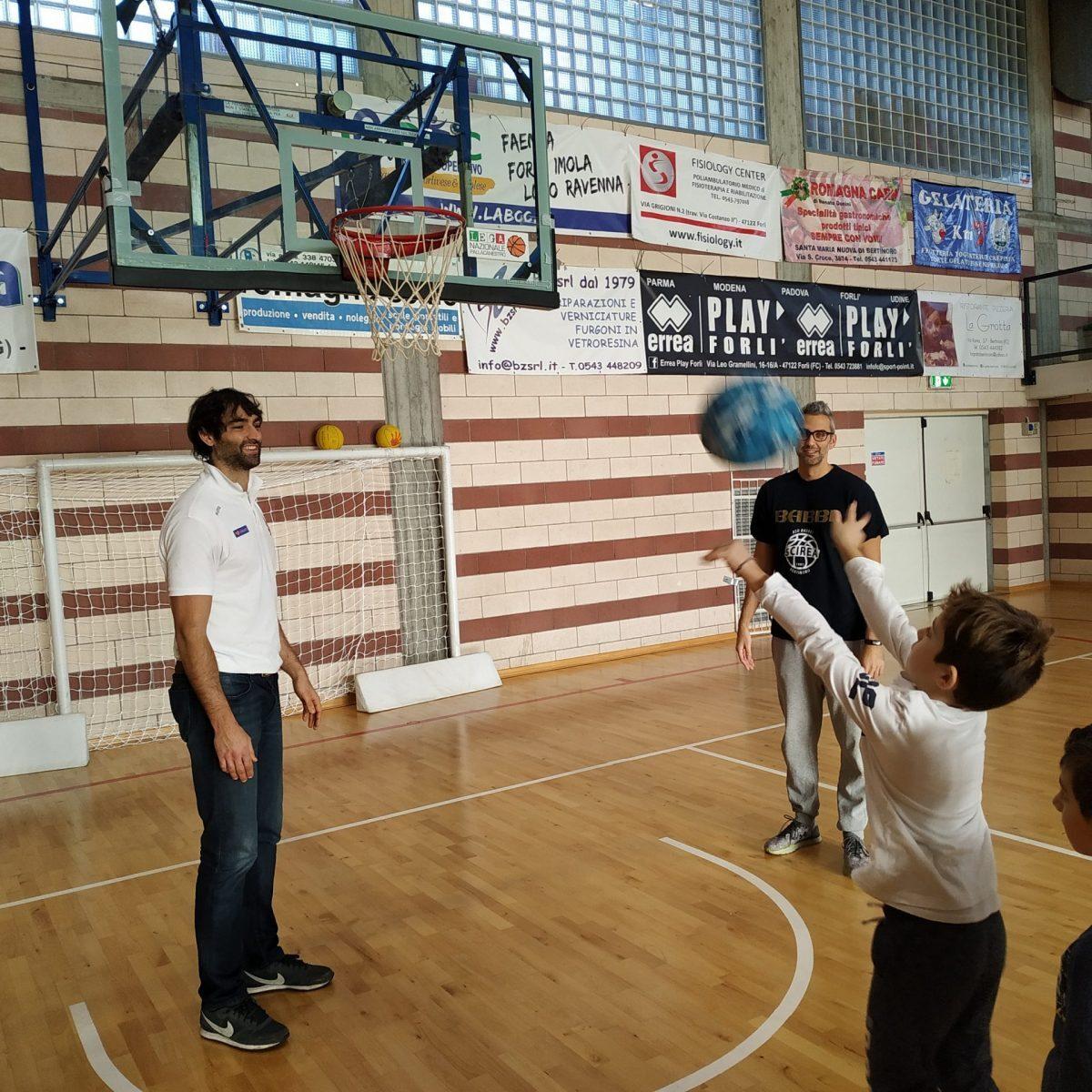 """""""Lezione"""" di basket per i bimbi di Bertinoro con l'Unieuro Forlì"""