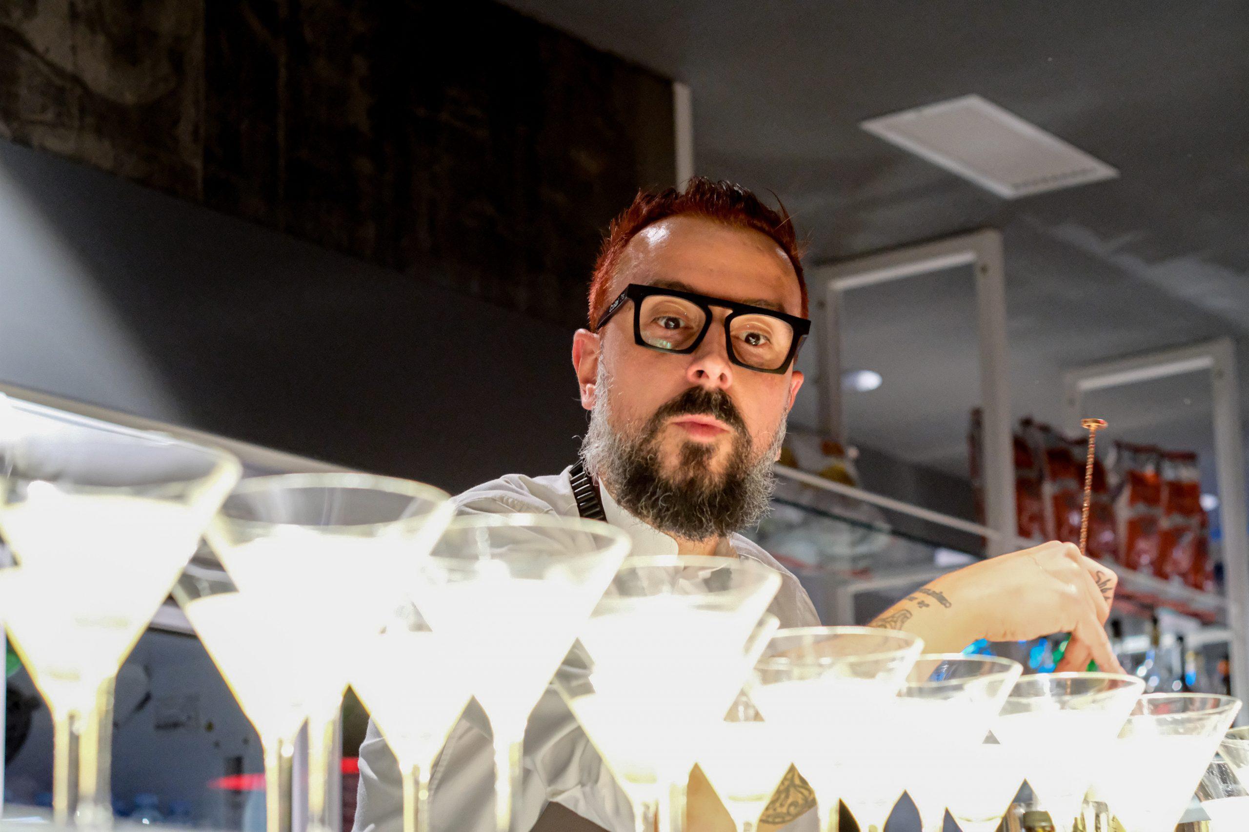 Oscar Q, il bartender pianista che smonta le mode arriva a Riccione